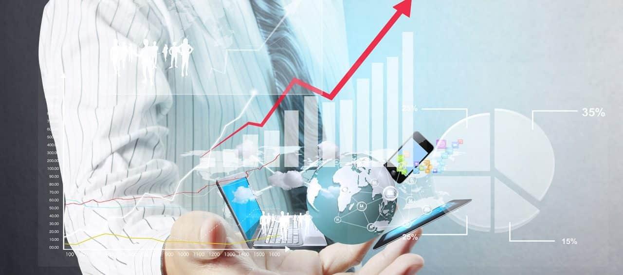 Ein Geschäftsmann mit Grafiken eines Laptops, einer Weltkugel und eines Smartphones